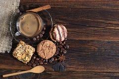 Olikt kakor och kaffe Royaltyfri Bild
