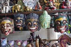 Olikt målade trämaskeringar i presentaffären, Bali royaltyfria foton