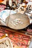 Olikt material som är till salu på en loppmarknad Royaltyfri Bild