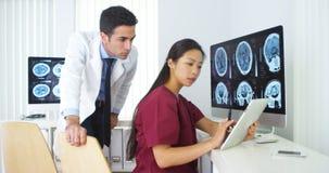 Olikt medicinskt lag som tillsammans arbetar i kontoret Royaltyfri Foto
