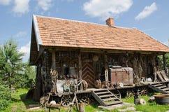 Olikt retro lantligt bearbetar gammalt trä loggar huset Arkivfoto