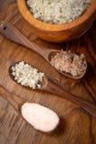 Olikt saltar visat i träbunkar royaltyfria bilder