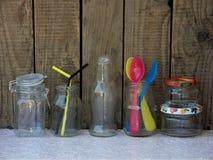 Olikt töm kruset och flaskor arkivbilder