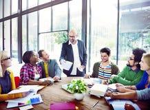 Olikt tillfälligt affärsfolk i ett möte Arkivbild