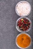 Olikt torka kryddor, såser och sädesslag i glass former på backgro Royaltyfria Bilder