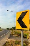 Olikt trafiktecken bredvid landsvägen Royaltyfri Bild