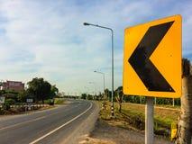 Olikt trafiktecken bredvid landsvägen Royaltyfri Fotografi