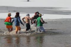 Olimpiad Specjalnych Nebraska Biegunowy skok do wody obraz stock