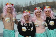 Olimpiad Specjalnych Nebraska Biegunowy skok do wody z costumed uczestnikami Zdjęcia Royalty Free