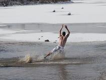Olimpiad Specjalnych Nebraska skok do wody mężczyzna Biegunowy pikowanie Fotografia Royalty Free