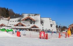 Olimpic Le Parc OS mitt Skidar semesterorten av Meribel, Frankrike Arkivbild