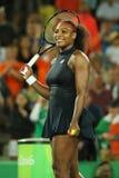 Olimpijscy mistrzowie Serena Williams Stany Zjednoczone świętują zwycięstwo po tym jak przerzedże wokoło dwa dopasowania Rio 2016 zdjęcie stock