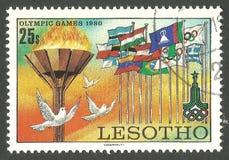Olimpijska pochodnia, gołąbki i flaga, obrazy stock