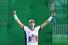 Olimpijski mistrz Andy Murray Wielki Brytania świętuje zwycięstwo po tym jak mężczyzna ` s przerzedże ćwierćfinał Rio 2016 olimpi zdjęcia royalty free