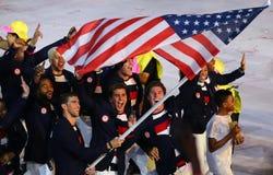 Olimpijski mistrz Michael Phelps niesie Stany Zjednoczone chorągwianego prowadzący Olimpijskiego drużynowego usa w Rio 2016 cerem Zdjęcia Stock