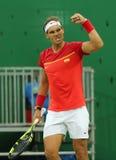 Olimpijski mistrz Rafael Nadal Hiszpania świętuje zwycięstwo po tym jak mężczyzna ` s przerzedże pierwszy round dopasowanie Rio 2 Obraz Stock