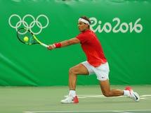 Olimpijski mistrz Rafael Nadal Hiszpania w akci podczas mężczyzna ` s przerzedże pierwszy round dopasowanie Rio 2016 olimpiad Zdjęcie Stock