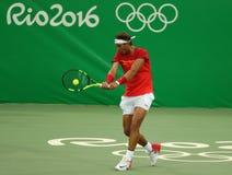 Olimpijski mistrz Rafael Nadal Hiszpania w akci podczas mężczyzna ` s przerzedże pierwszy round dopasowanie Rio 2016 olimpiad Zdjęcia Royalty Free