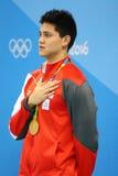 Olimpijski mistrza Joseph Uczyć kogoś Singapur podczas medal ceremonii po mężczyzna 100m motyla Rio 2016 olimpiad Zdjęcie Royalty Free