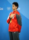 Olimpijski mistrza Joseph Uczyć kogoś Singapur podczas medal ceremonii po mężczyzna 100m motyla Rio 2016 olimpiad Obrazy Stock