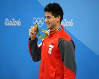 Olimpijski mistrza Joseph Uczyć kogoś Singapur podczas medal ceremonii po mężczyzna ` s 100m motyla Rio 2016 olimpiad Zdjęcia Royalty Free
