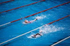Olimpijski pływacki basen z pływaczka kraula rasą fotografia stock