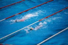 Olimpijski pływacki basen z pływaczka kraula rasą obrazy stock