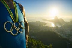 Olimpijski pierścionku złotego medalu atlety Rio De Janeiro wschód słońca Obraz Stock