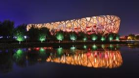 Olimpijski stadium Pekin przy nocą, odbijającą w stawie zdjęcia royalty free