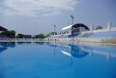 Olimpijski standardowy dopłynięcie i nurkowy basen Obrazy Royalty Free