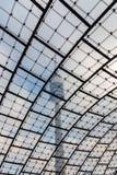 Olimpijski wierza w Munich strzale przez sławnego wyplatającego szkło dachu przeciwu obrazy royalty free