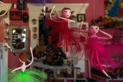 OLINDA, BRASIL - EM JULHO DE 2018: bailarina colorida pequena, dançarinos de bailado, bonecas das esculturas fotografia de stock
