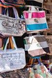 Olinda, Pernambuco, Βραζιλία - τον Ιούλιο του 2018: Ζωηρόχρωμες τσάντες στις οδούς στοκ εικόνα με δικαίωμα ελεύθερης χρήσης