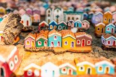 Olinda, Pernambuco, el Brasil - julio de 2018: Pequeñas tallas de madera que representan las casas y la arquitectura coloridas de fotografía de archivo