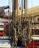Olinowanie na drewnianej żaglówce Fotografia Stock