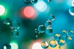 Olio che galleggia sull'acqua variopinta Fotografia Stock