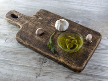 Olio d'oliva con le olive e l'aglio Immagini Stock Libere da Diritti