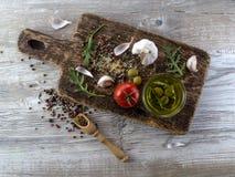 Olio d'oliva con le olive e l'aglio Immagini Stock