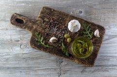 Olio d'oliva con le olive e l'aglio Fotografia Stock Libera da Diritti
