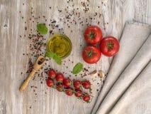 Olio d'oliva con le olive ed i pomodori Fotografia Stock Libera da Diritti