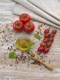 Olio d'oliva con le olive ed i pomodori Immagine Stock