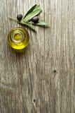 Olio d'oliva con le olive ed il fondo del ramo immagine stock libera da diritti