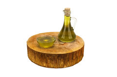 Olio d'oliva con le olive su fondo bianco Fotografia Stock Libera da Diritti