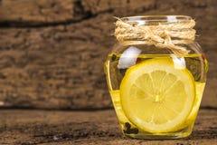 Olio d'oliva condito con il limone fotografia stock libera da diritti