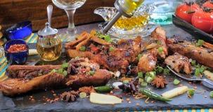 Olio d'oliva di versamento sopra le costole di carne di maiale appiccicose brasate di re Fotografie Stock Libere da Diritti