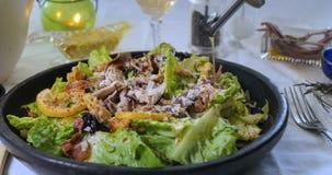Olio d'oliva di versamento sopra un'insalata del ` s di Caesar Fotografia Stock
