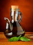 Olio d'oliva e basilico verde fresco Fotografia Stock Libera da Diritti