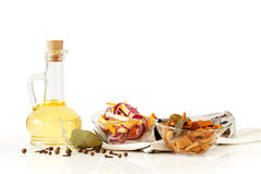 Olio d'oliva e funghi ed insalata marinati deliziosi in ciotole di vetro Immagini Stock Libere da Diritti