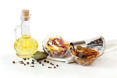 Olio d'oliva e funghi ed insalata marinati deliziosi in ciotole di vetro Fotografia Stock Libera da Diritti