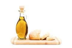 Olio d'oliva e pane affettato sul tagliere Immagine Stock Libera da Diritti